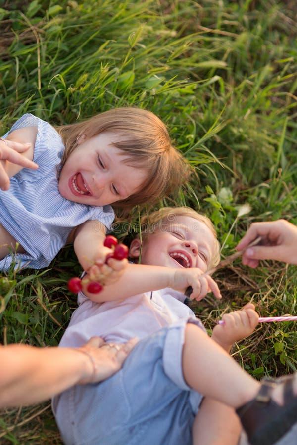 De kinderen spelen in aard royalty-vrije stock foto