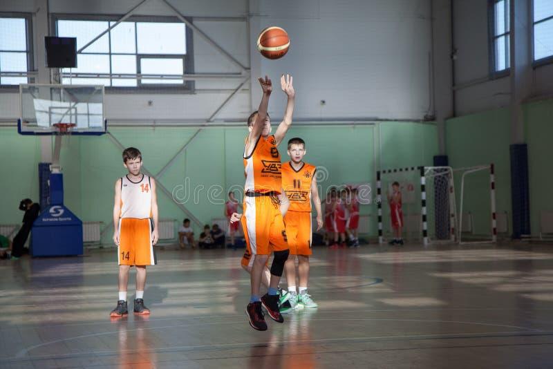 De kinderen spelen basketbal royalty-vrije stock foto
