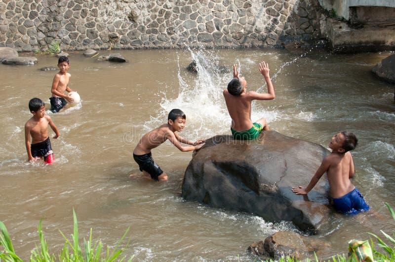 De kinderen spelen bij de rivier royalty-vrije stock fotografie