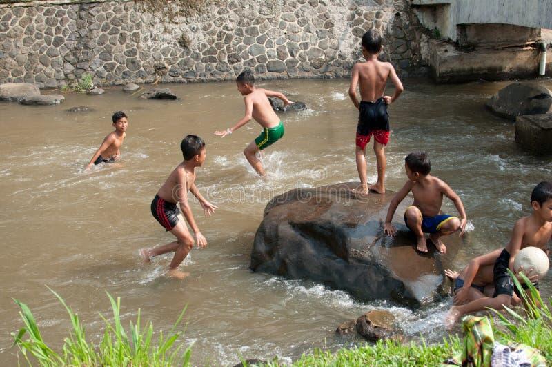 De kinderen spelen bij de rivier royalty-vrije stock afbeelding