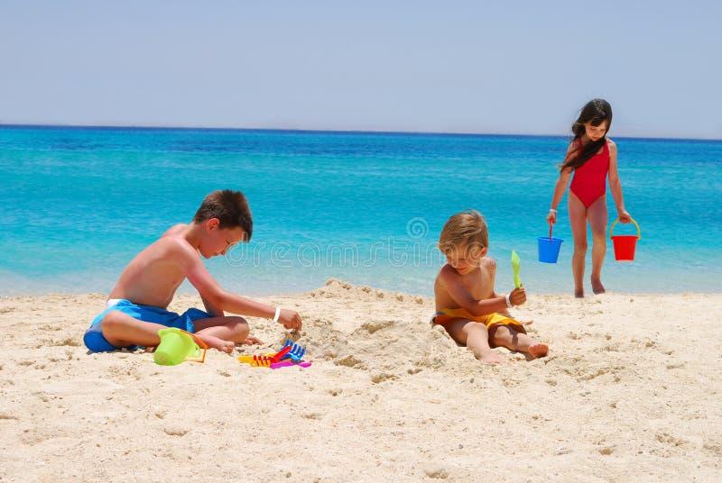 De kinderen spelen bij eilandstrand royalty-vrije stock fotografie