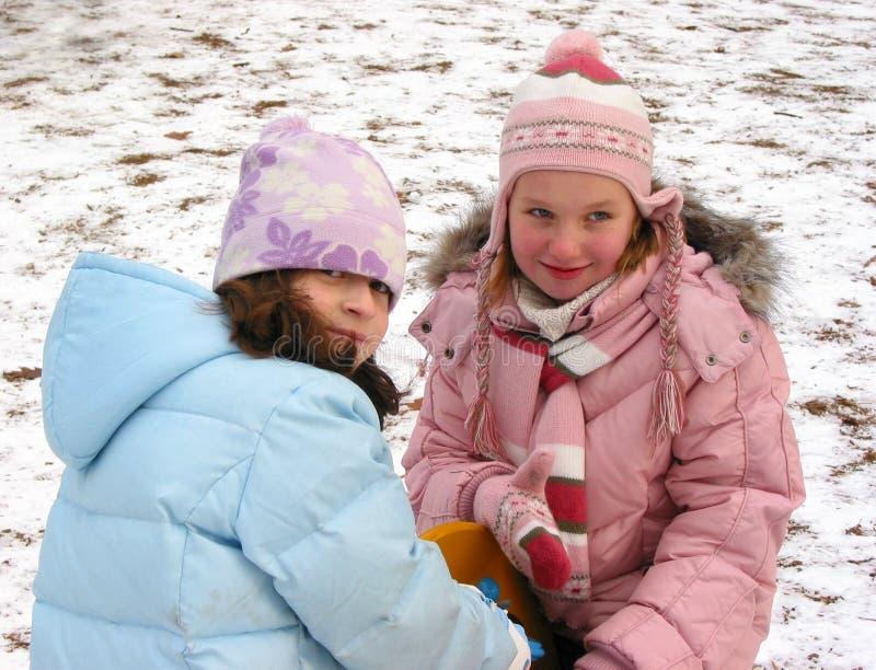 De kinderen spelen de winter royalty-vrije stock afbeeldingen