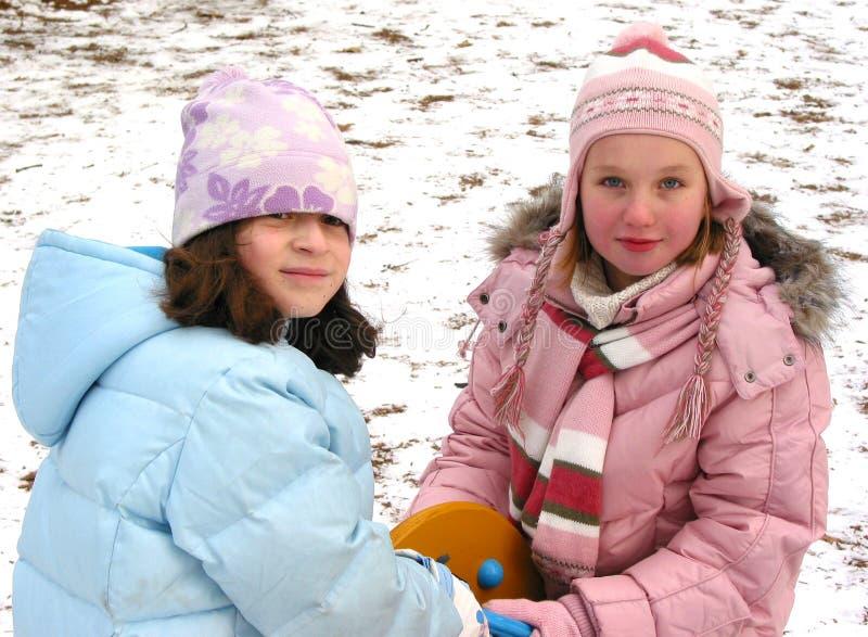 De kinderen spelen de winter stock foto