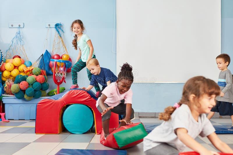 De kinderen spelen gelukkig in de gymnastiek royalty-vrije stock fotografie