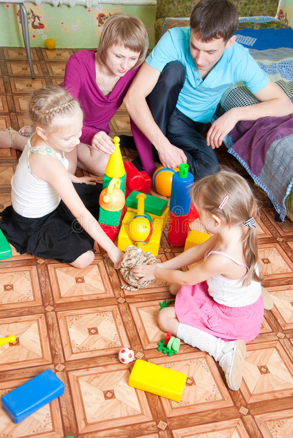 De kinderen spelen met hun ouders stock fotografie