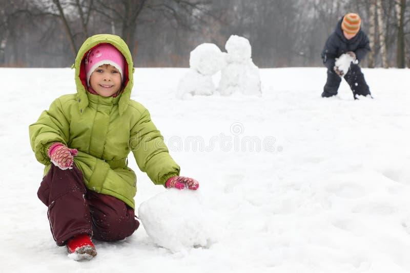 De kinderen spelen op openlucht in de winter royalty-vrije stock foto's