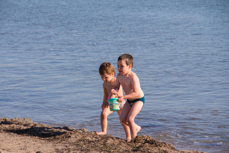 De kinderen spelen op zee royalty-vrije stock afbeelding