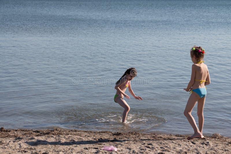 De kinderen spelen op zee royalty-vrije stock afbeeldingen