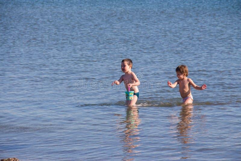 De kinderen spelen op zee royalty-vrije stock fotografie