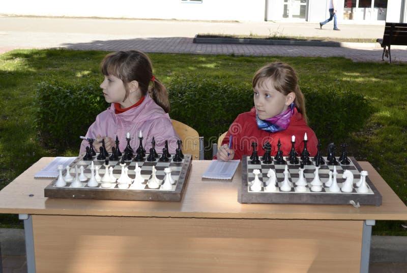 De kinderen spelen schaak royalty-vrije stock afbeeldingen
