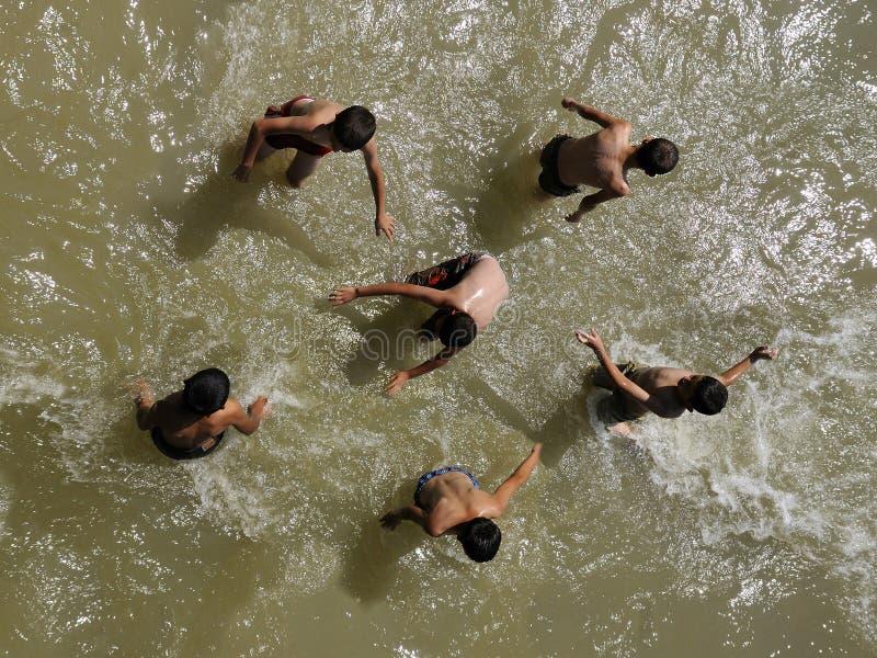 De kinderen spelen in water stock fotografie