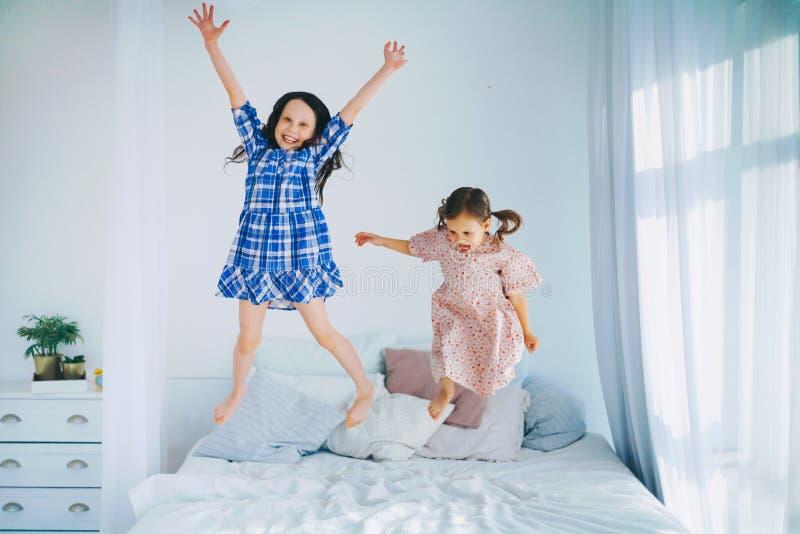 De kinderen springen stock foto