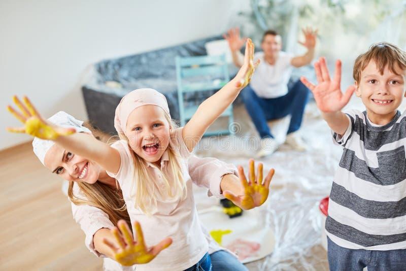 De kinderen tonen kleurrijke handen tijdens vernieuwing in het huis royalty-vrije stock foto