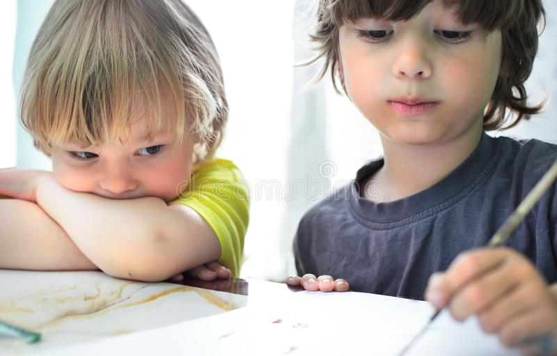 De kinderen trekken in huis royalty-vrije stock afbeelding