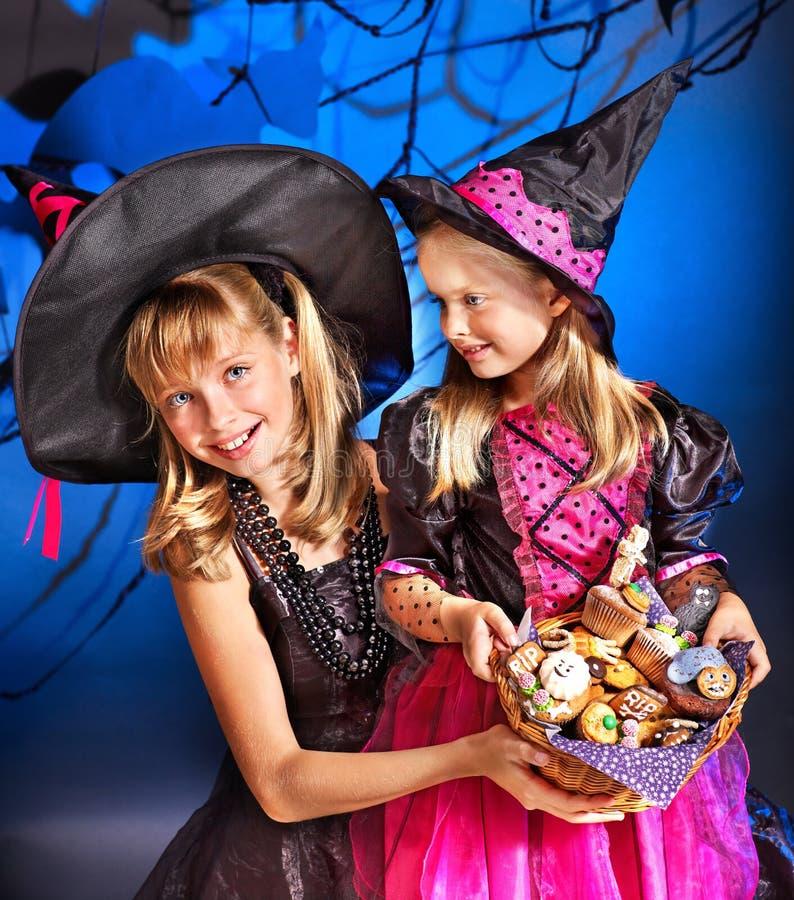 De kinderen van de heks bij de partij van Halloween. royalty-vrije stock fotografie