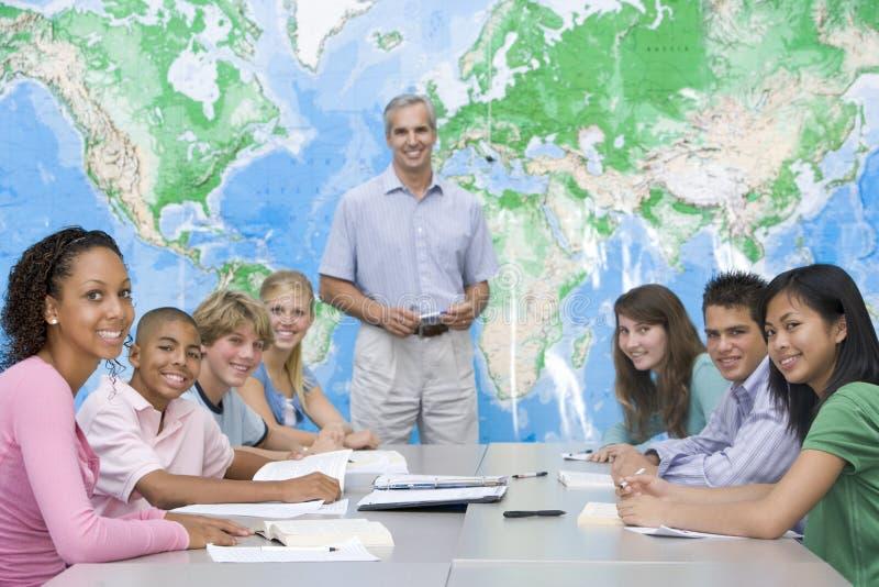 De kinderen van de school en hun leraar in een klasse royalty-vrije stock foto
