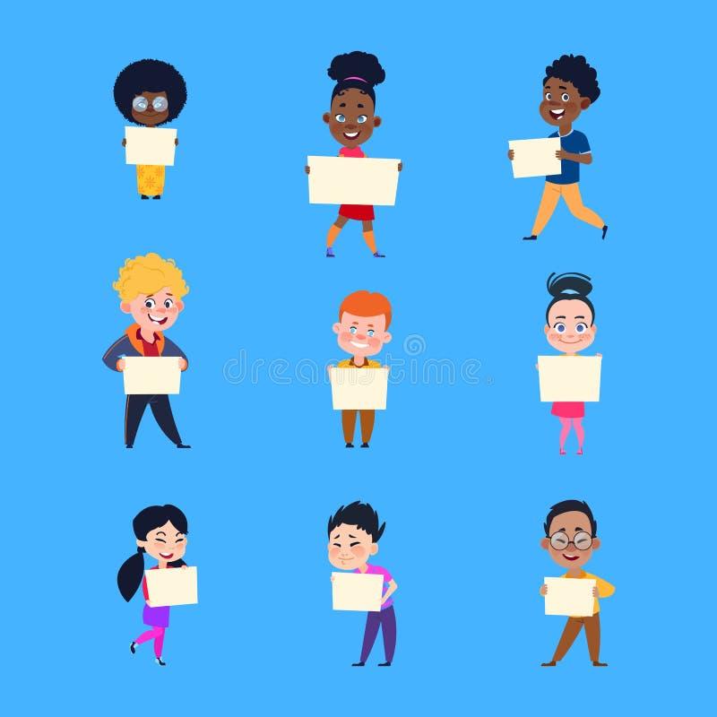 De kinderen van het beeldverhaal Gelukkige jonge geitjes die lege witte aanplakbiljetten houden Jongens en meisjes met banners Be royalty-vrije illustratie