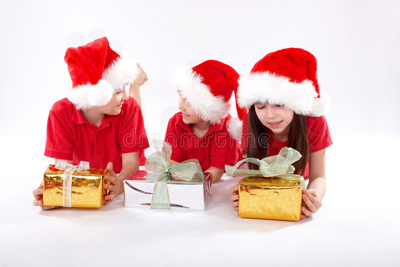 De kinderen van Kerstmis met giften   stock foto