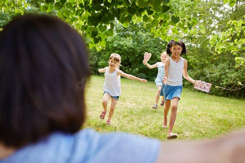 De kinderen verheugen zich op verjaardagspartij stock fotografie