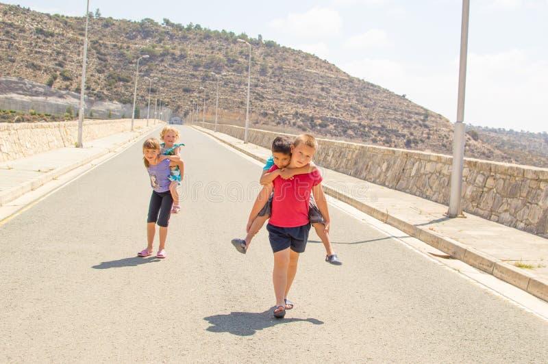 De kinderen in vervoer per kangoeroewagen rennen royalty-vrije stock afbeeldingen