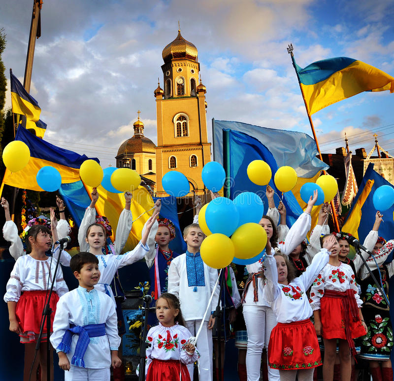 De kinderen voeren de Hymne van de Staat van de Oekraïne uit royalty-vrije stock fotografie