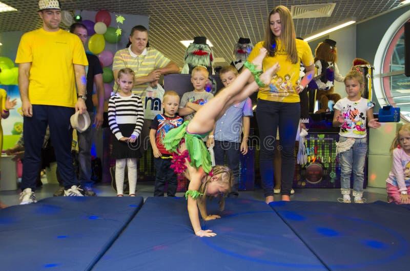 De kinderen voeren gymnastiek- excercises uit stock fotografie