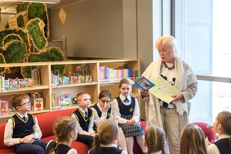 De kinderen wachten om Kroonprins Haakon, Kroonprinses Mette-Marit van het Koninkrijk van Noorwegen samen te komen stock afbeeldingen
