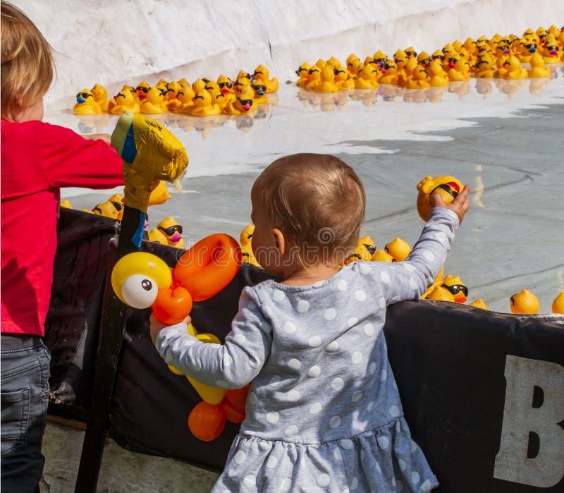 De kinderen wachten op het begin van Rubberduck race royalty-vrije stock afbeeldingen