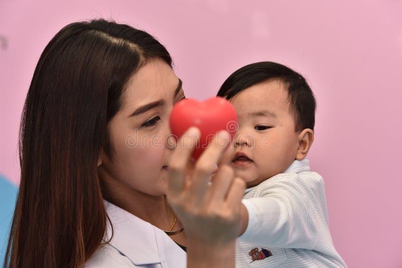 De kinderen worden ingeënt bij het ziekenhuis stock fotografie