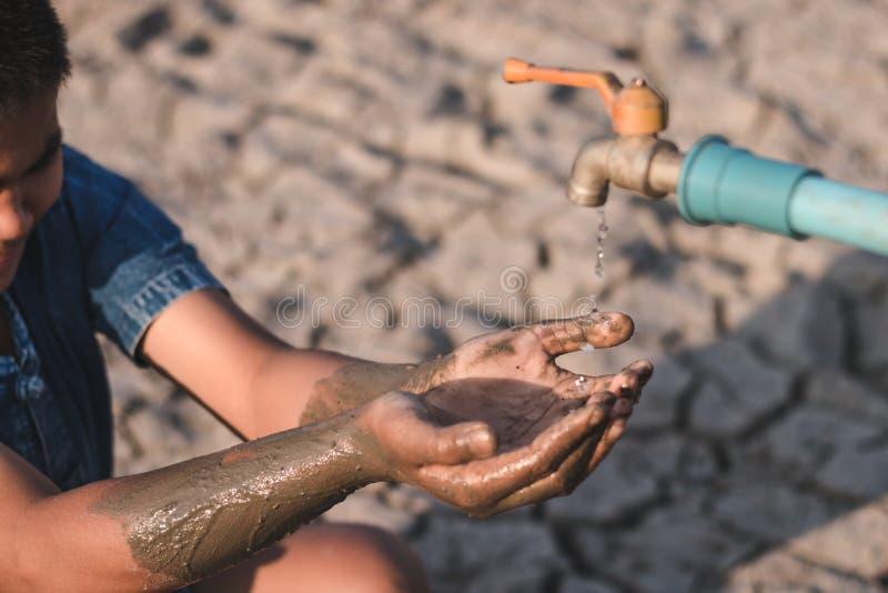 De kinderen zijn droevig om geen te drinken water te hebben royalty-vrije stock afbeeldingen