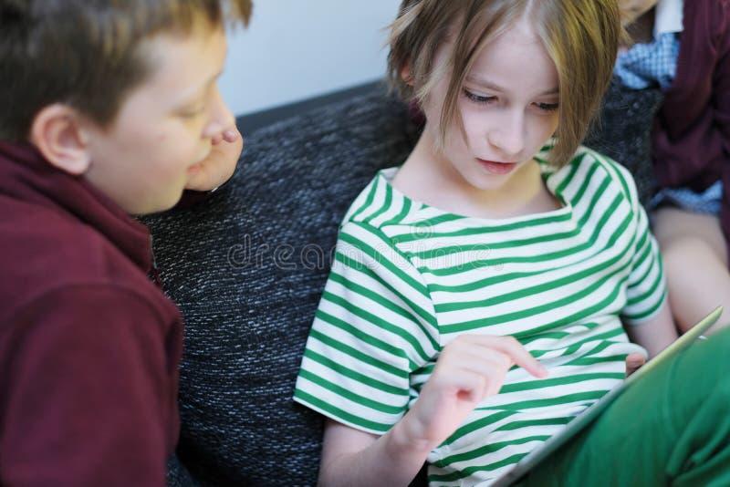 De kinderen zijn gelukkig om het spel te bespreken stock fotografie