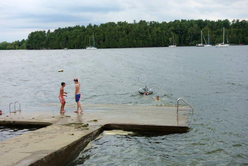 De kinderen zwemmen bij het Meer stock afbeeldingen