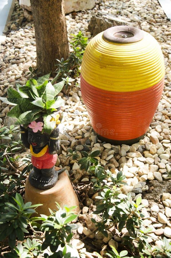 De kinderendecoratie van kleipoppen in tuin royalty-vrije stock afbeelding