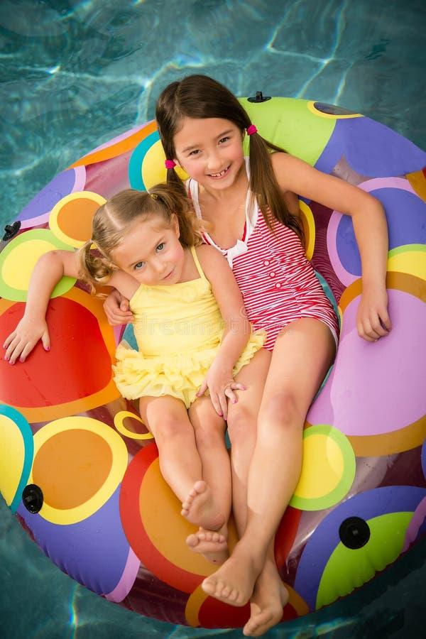 De kinderenmeisjes zwemmen water royalty-vrije stock foto's