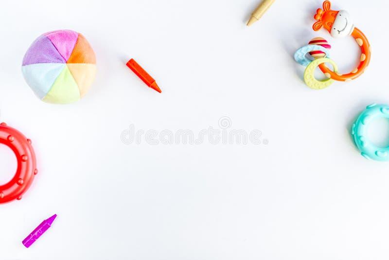 De kinderenvlakte legt met speelgoed witte achtergrond hoogste meningsruimte voor tekst royalty-vrije stock fotografie