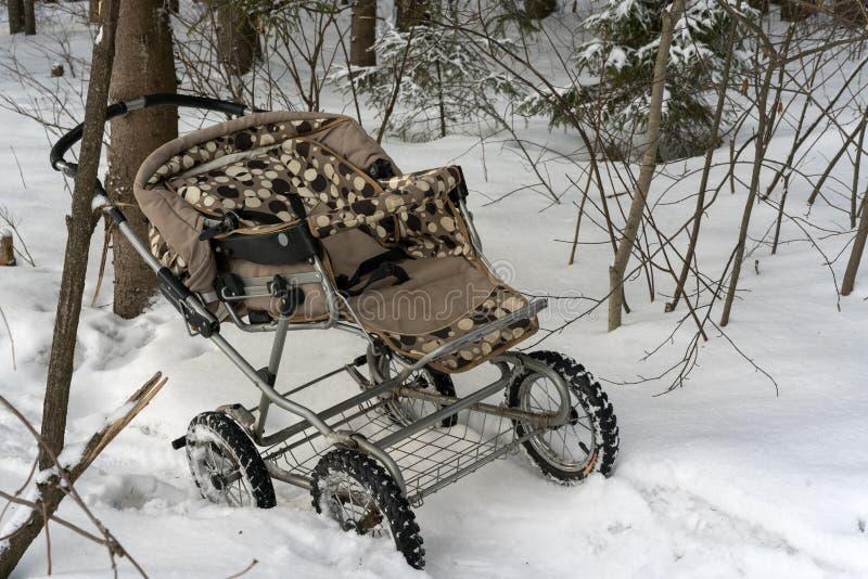 De kinderwagen rust op een bos, ontvoerend een kind, stealing kinderen stock fotografie