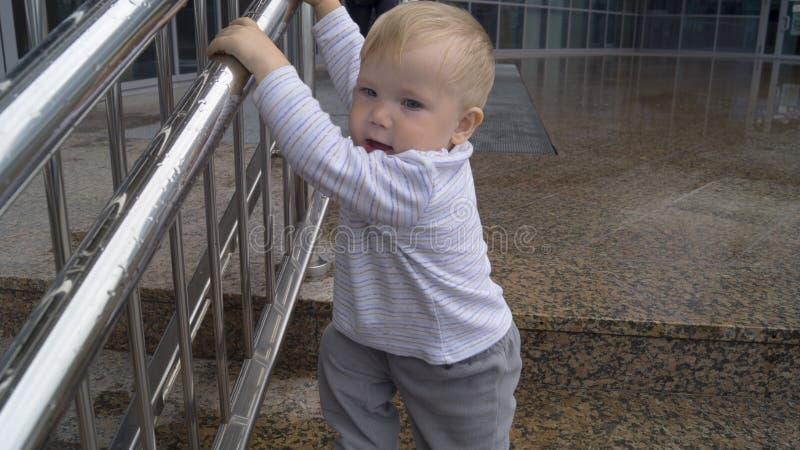 De kindgangen door de stappen stock fotografie