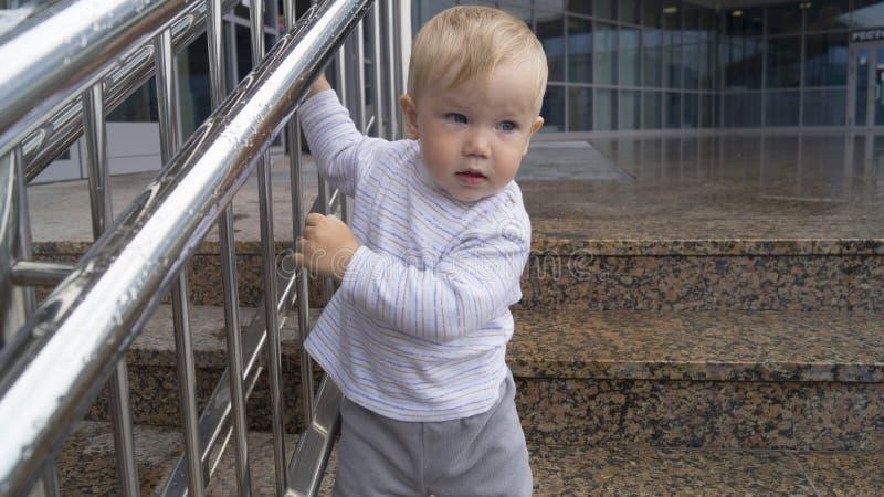 De kindgangen door de stappen royalty-vrije stock fotografie