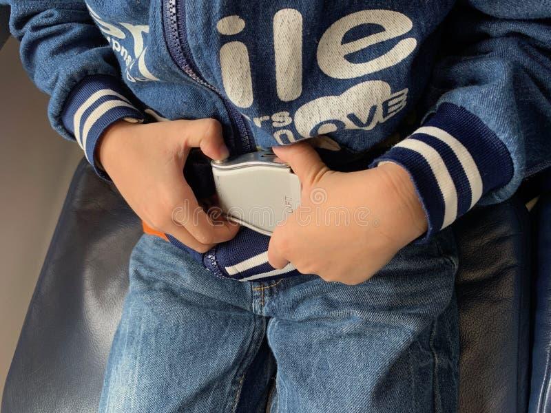 De kindhanden dragen veiligheidsgordels voor veiligheid stock fotografie