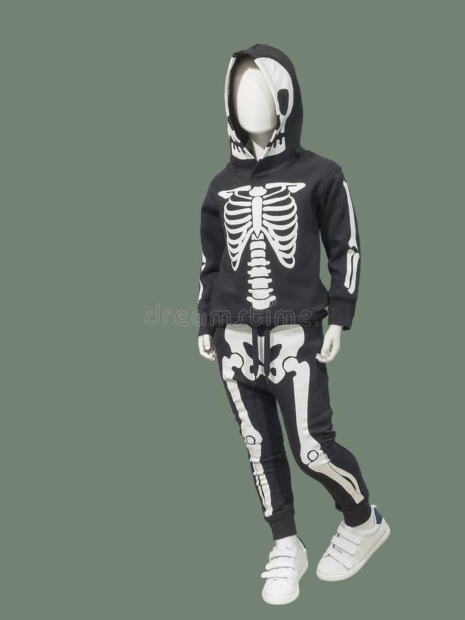 De kindledenpop van gemiddelde lengte in een skeletkostuum stock foto
