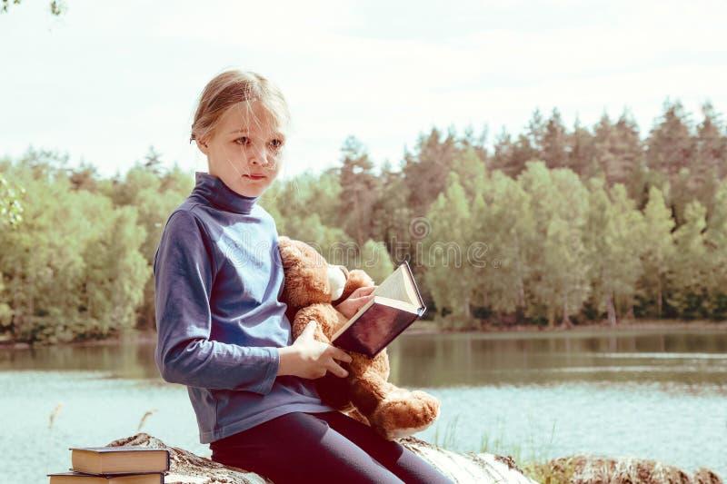 De kindliefde Teddy Bear als hun Beste Vrienden las boek Beste vriendenconcept stock afbeelding
