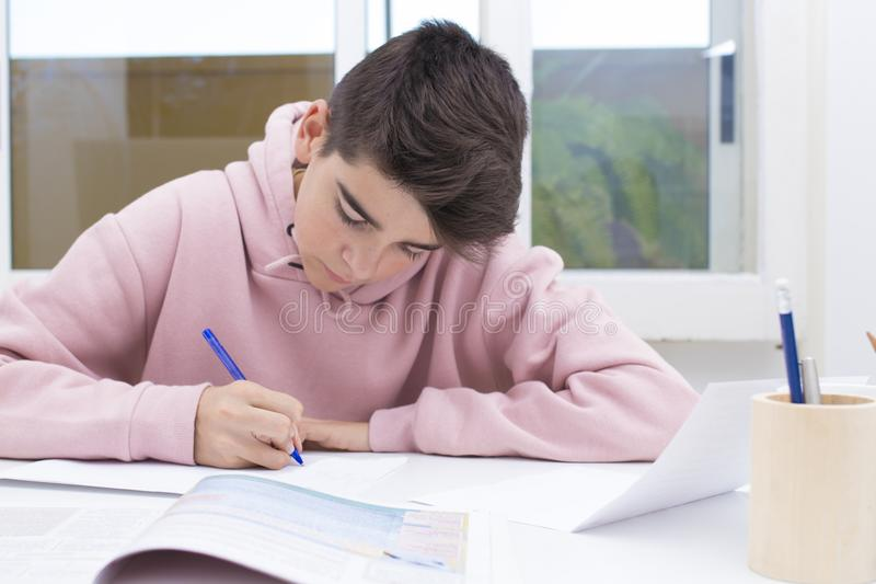 De kindstudent schrijft op het huis stock afbeeldingen