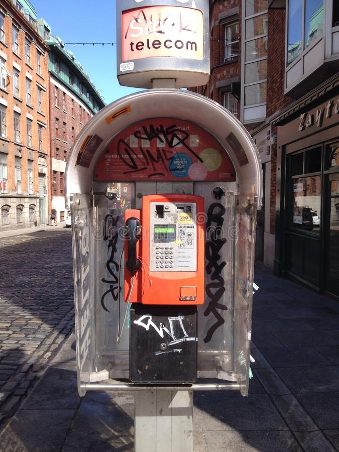 De kiosk van de graffititelefoon in Dublin stock afbeelding