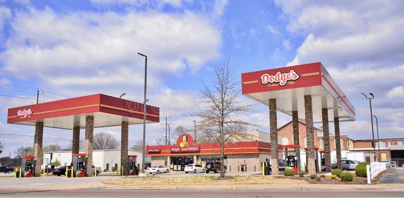 De Kip en het Benzinestation van Dodge ` s stock foto