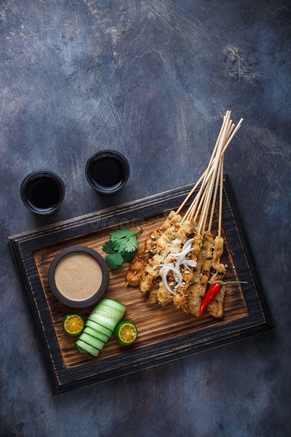 De kip Satay of verzadigt Ayam - Maleis beroemd voedsel Is een schotel van gekruid, doorstoken en geroosterd die vlees, met a wor stock afbeeldingen