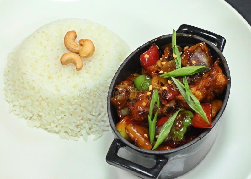 De kip van Chineesespaanse pepers met witte rijst royalty-vrije stock afbeeldingen