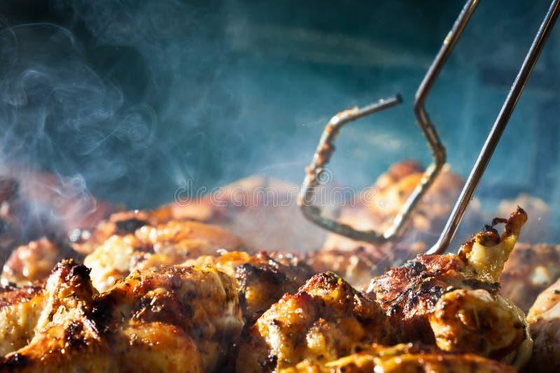 De kip van de barbecue met cherbs bij de Grill royalty-vrije stock fotografie