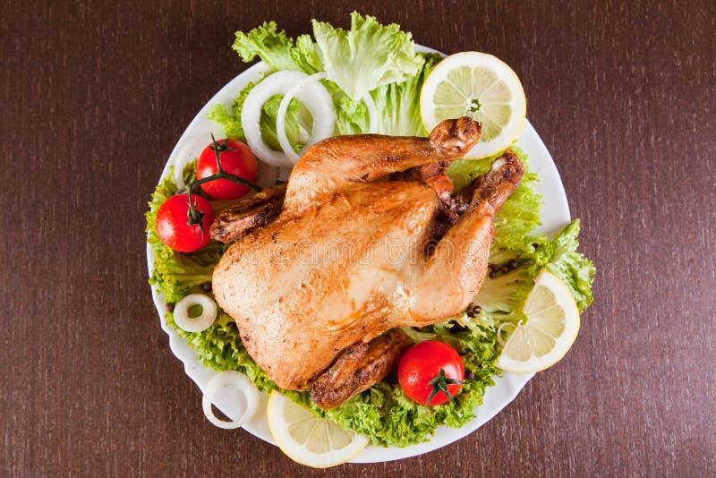 De kip van het braadstuk met verse groenten stock afbeelding