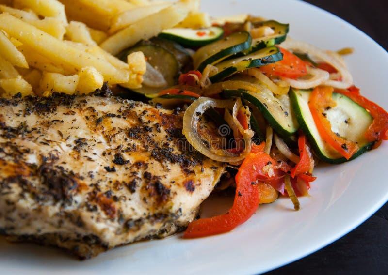 De kippenborst van de grill met groenten royalty-vrije stock foto