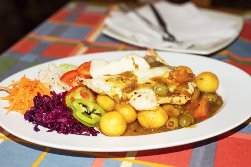 De kippenfilet met gesmolten kaas, groente versiert en aardappelcroquetten stock foto's